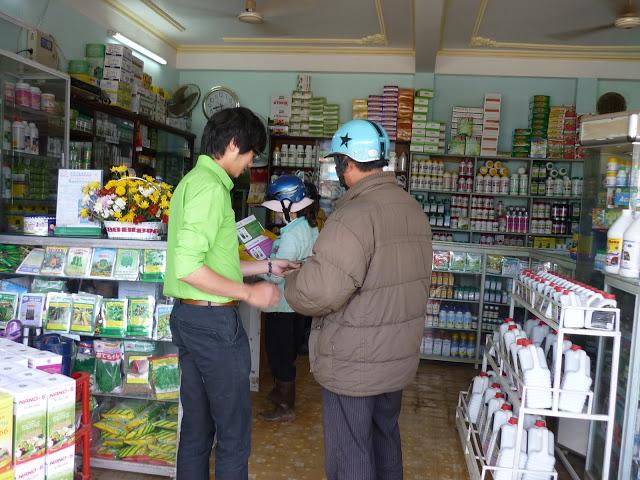 Chương trinh bán phân bón lá có quà tặng cho nông dân vùng rau và hoa Đà Lạt